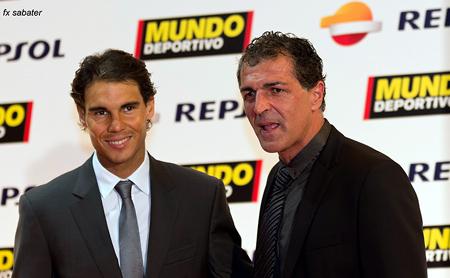 El tenista Rafa Nadal -que seria nombrado poco después como el mejor deportista del año- junto con su tio, el exfutbolista Miquel Ángel Nadal.