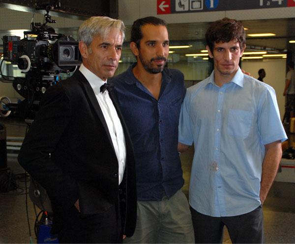 """El director Javier Ruiz Caldera arropa a los protagonistas Imanol Arias y Quim Gutiérrez, a quien dirigió en """"3 bodas de más""""."""