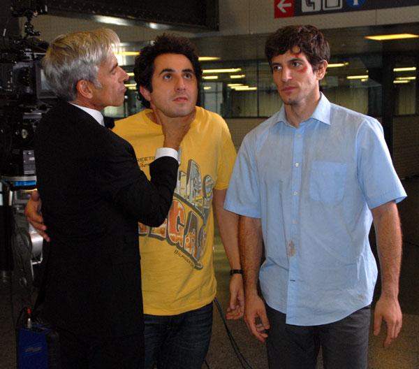 La buena sintonía que hay en rodaje se puede ver en esta imagen, donde Imanol ahoga cariñosamente a Berto Romero, al lado de Quim Gutiérrez.