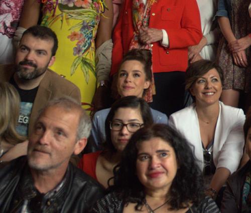 Núria Gago, muy bien acmpañada de escritores, en el tradicional almuerzo del Hotel Regina, de la fiesta de Sant Jordi.
