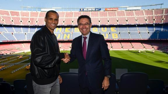 Rivaldo i el president Josep Maria Bartomeu, aquest dilluns a la Llotja del Camp Nou. Foto - Premsa F.C. Barcelona.