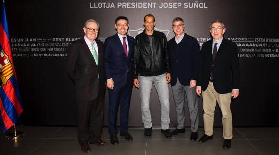 Rivaldo i el president Bartomeu, amb el vicepresident Jordi Mestre i els directius Silvio Elías i Pau Vilanova. Foto - Premsa F.C. Barcelona.